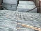 热镀锌钢格板是由负载扁钢和横杆按一定距离经纬排列