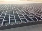 钢格板是由负载扁钢和横杆按一定间距经纬排列