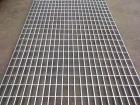 钢格栅板是依照钢结构件进行装置