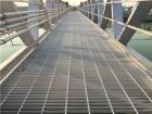 平台钢格栅是由扁钢按一定间距和横杆横向布置